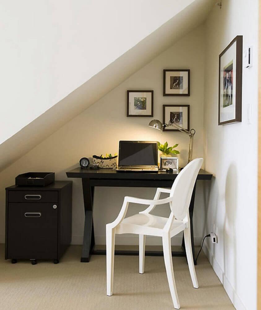 Home-office-pequeno-embaixo-da-escada-com-decoração-simples